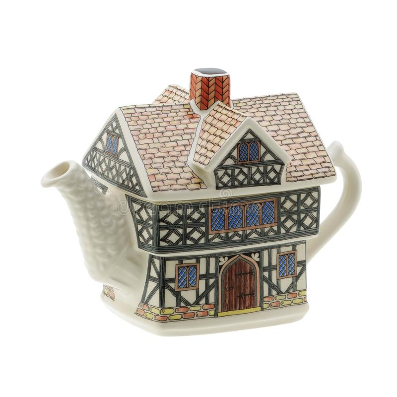 Geformte Teekanne des Hauses auf weißem Hintergrund mit Beschneidungspfad lizenzfreie stockfotografie