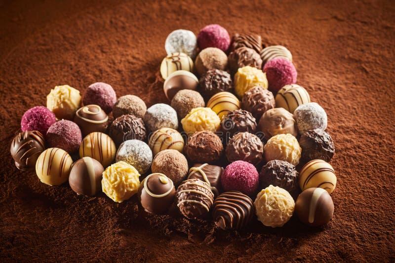Geformter Plan des Herzens von verschiedenen Süßigkeiten stockbilder