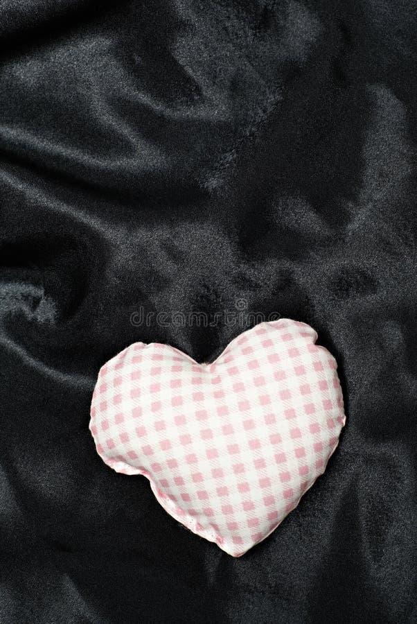 Download Geformtes Kissen Des Inneren Auf Schwarzem Stockbild - Bild von seide, pink: 9098107