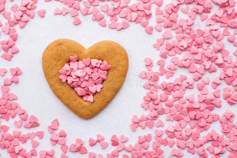 Geformtes Plätzchen und Rahmen des Herzens machten von den rosa Süßigkeitsherzen lizenzfreie stockfotos