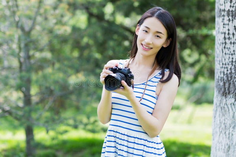 Gefotografeerde vrouw in het park stock afbeelding