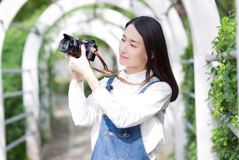 Gefotografeerde vrouw in het park stock afbeeldingen