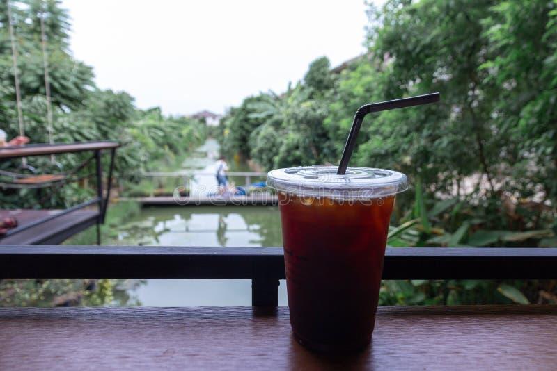 Gefrieren Sie schwarzen Kaffee oder langen schwarzen Kaffee in der Plastikschale stockfotografie