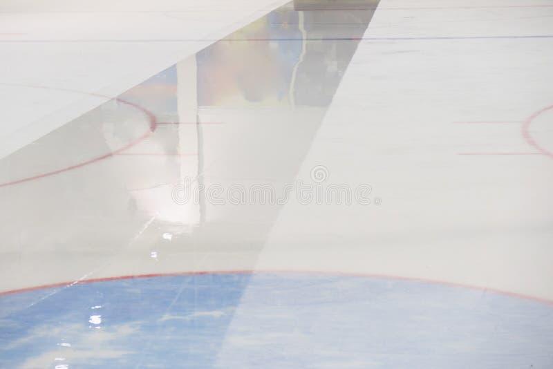 Gefrieren Sie Vorbereitung an der Eisbahn zwischen Sitzungen in draußen glätten Poliereis bereit zum Match EIS-WARTUNGS-MASCHINE lizenzfreies stockbild