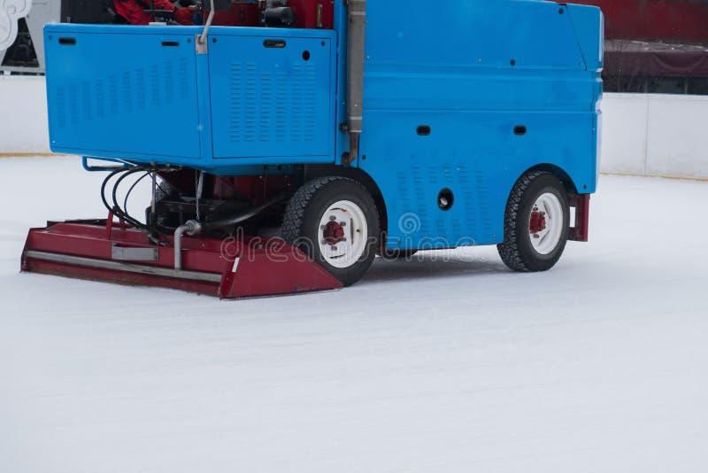 Gefrieren Sie Vorbereitung an der Eisbahn zwischen Sitzungen in draußen glätten Poliereis bereit zum Match EIS-WARTUNGS-MASCHINE lizenzfreie stockfotografie