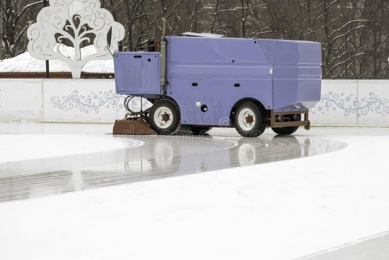 Gefrieren Sie, Vorbereitung an der Eisbahn zwischen Sitzungen in draußen glätten/polierte das Eis, das zum Match bereit ist stockfotos
