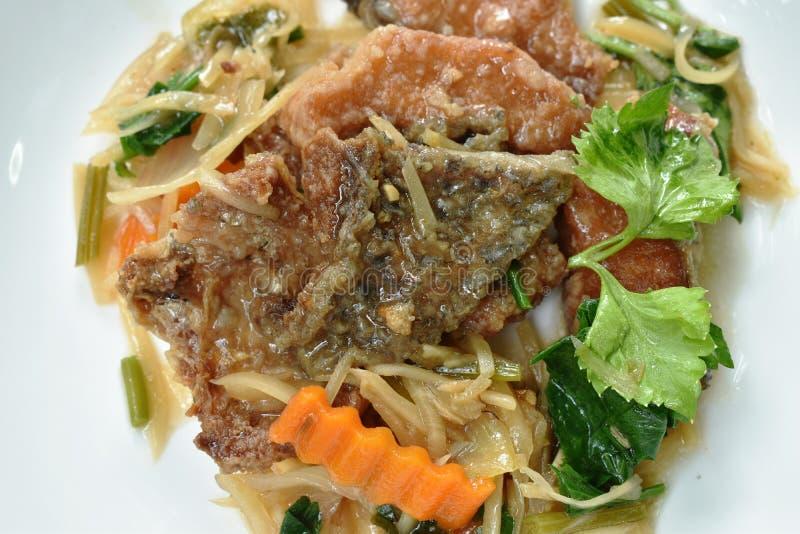 Gefrituurde karbonadevissen met plakgember en selderie op plaat royalty-vrije stock fotografie