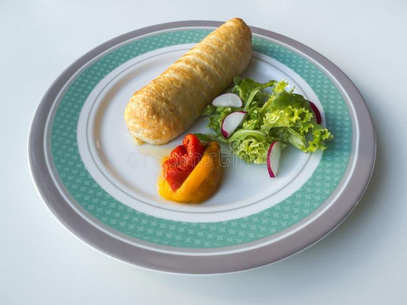 Gefrituurde worst met geroosterde groenten op een plaat royalty-vrije stock foto