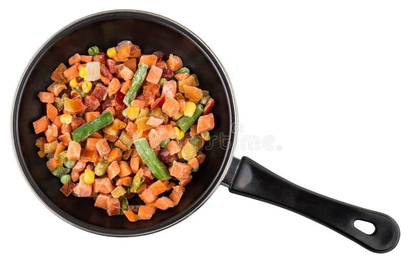 Gefrorene Gemüsemischung in der Bratpfanne lokalisiert auf Weiß stockfotos