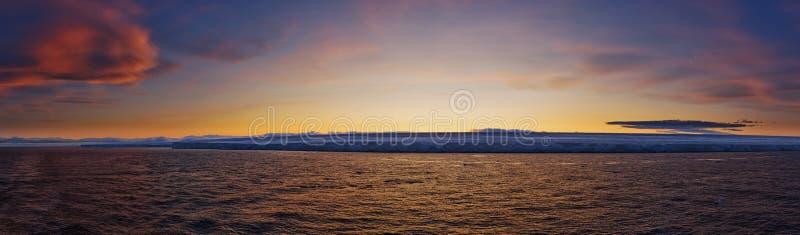 Gefrorene Küstenlinie am Sonnenuntergang stockbilder