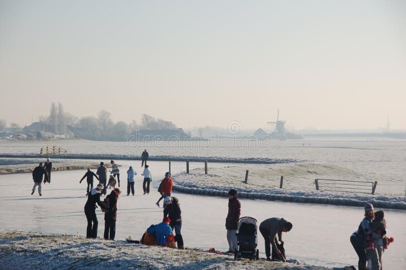 Gefrorene Kanäle in Holland. Holländische Winter-Landschaft stockbild