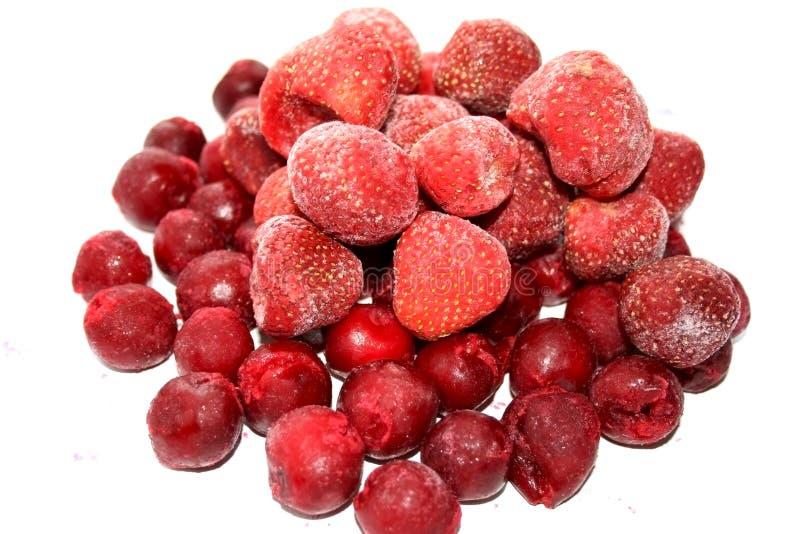 Gefrorene Kirschen und Erdbeere stockbilder