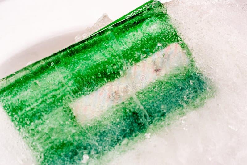 Gefrorene Kreditdebitkarte der Nahaufnahmeansicht Eis lizenzfreies stockfoto