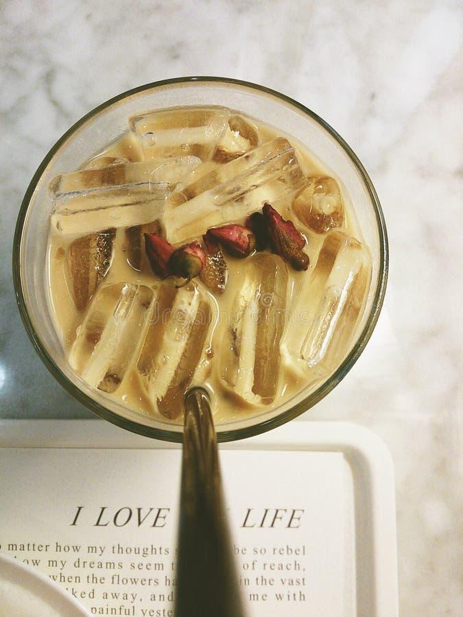 gefrorene rosige Kaffeetasse lizenzfreie stockfotos