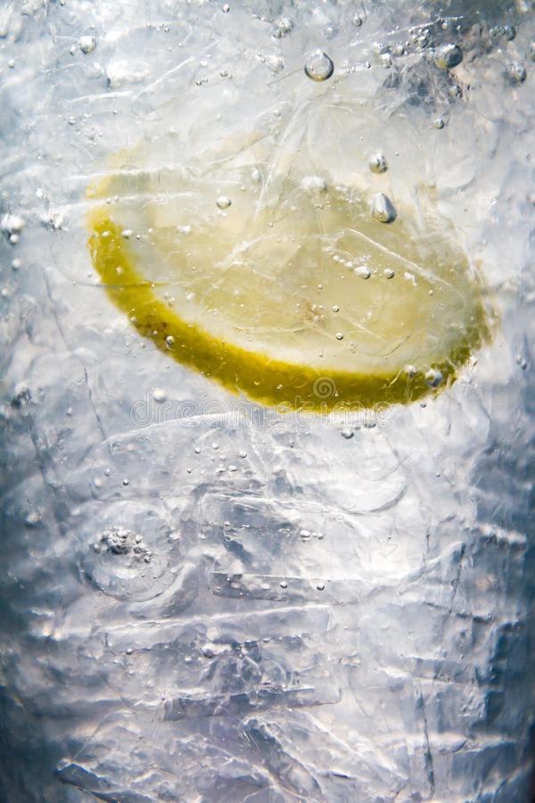 Gefrorene Schmetterlings-Pea Water-Fülle mit Zitrone lizenzfreie stockfotografie