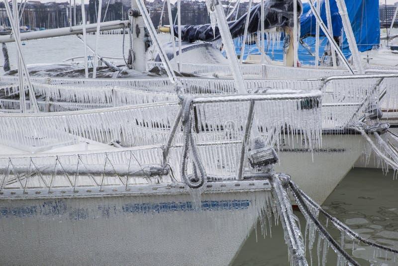 Gefrorene Segelboote stockbilder