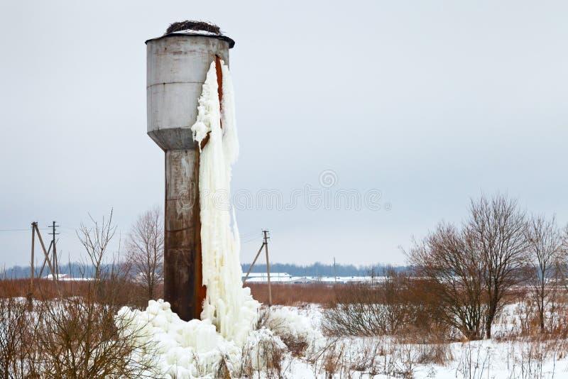 Gefrorener Beckenkontrollturm auf dem Landgebiet stockbilder