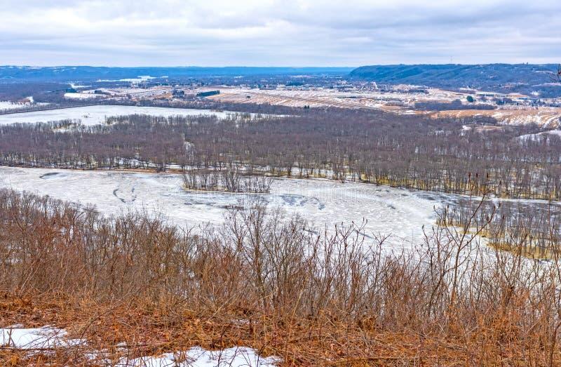 Gefrorener Fluss im Winter von seinen Täuschungen lizenzfreies stockbild