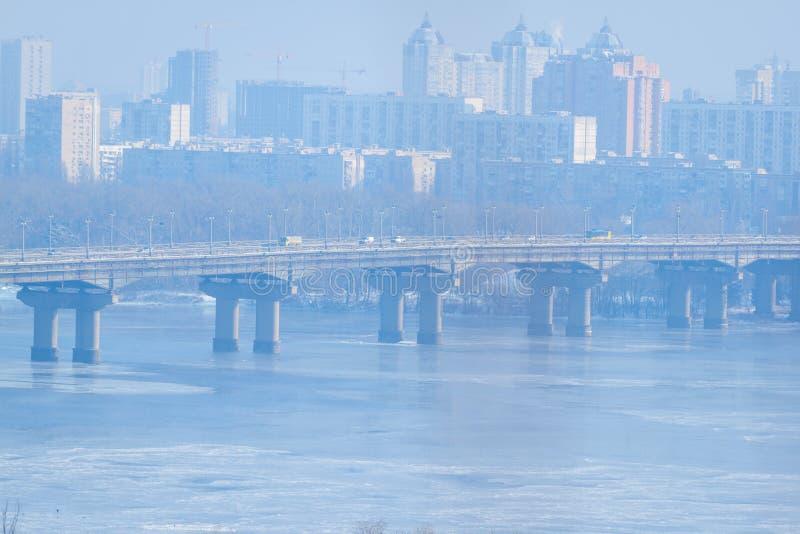 Gefrorener Fluss Zwei parallele Brücken kiew ukraine Schneebedeckte Flusslandschaft des Winters von Kiew ukraine stockfotografie