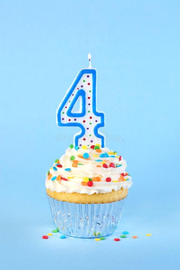 Gefrorener Geburtstagskleiner kuchen mit mit beleuchteter Zahl 4 Kerze lizenzfreie stockfotos