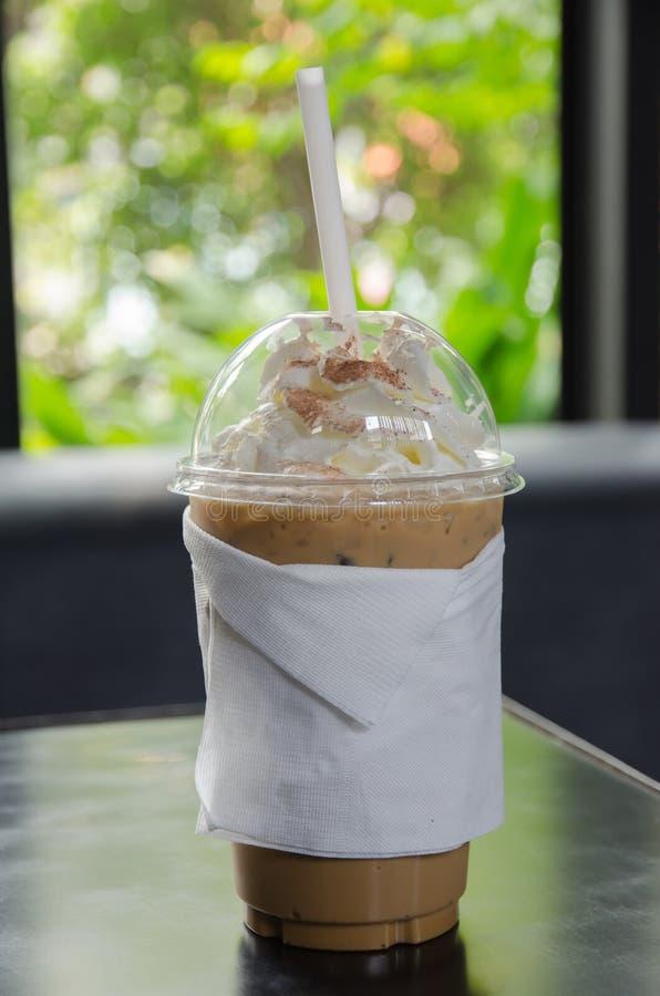 Gefrorener Kaffee bedeckt mit Schlagsahne stockfotografie