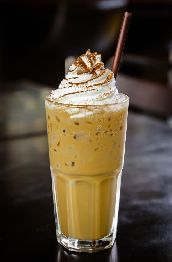 Gefrorener Kaffee mit Schlagsahne stockfotos