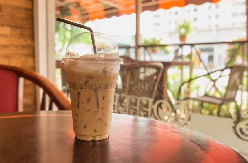 Gefrorener Kaffee mit unscharfem Hintergrund lizenzfreies stockfoto