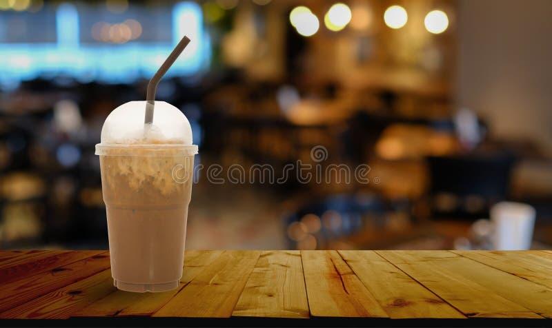 Gefrorener Kaffee nehmen herein Schale weg lizenzfreies stockbild