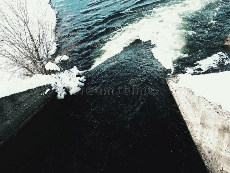 Gefrorener Kanalfluß stockbilder