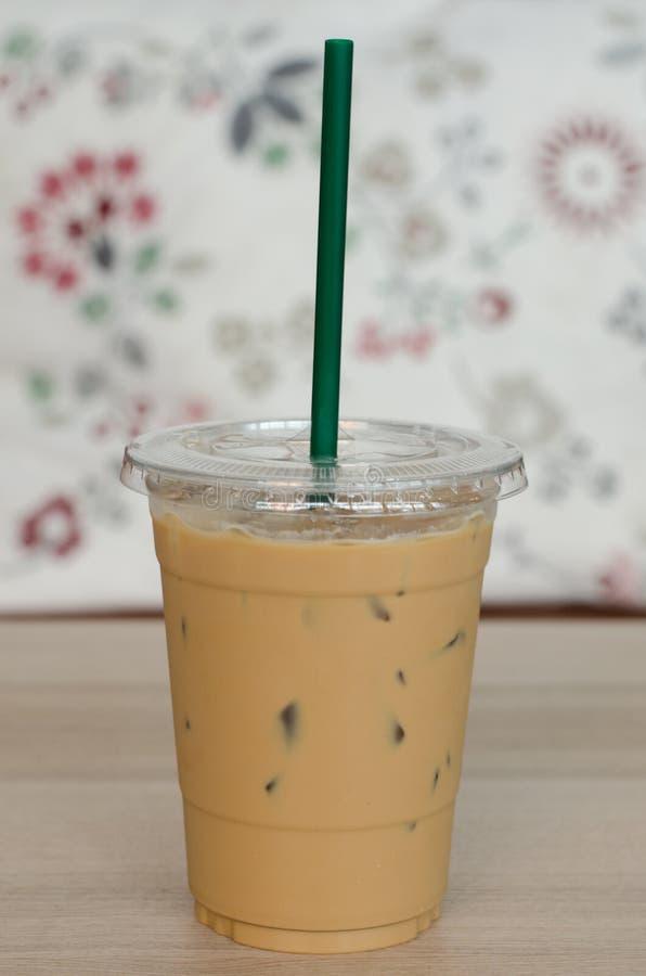 Gefrorener Lattekaffee mit dem grünen Stroh gesetzt auf Tabelle und schönes Ba stockfoto