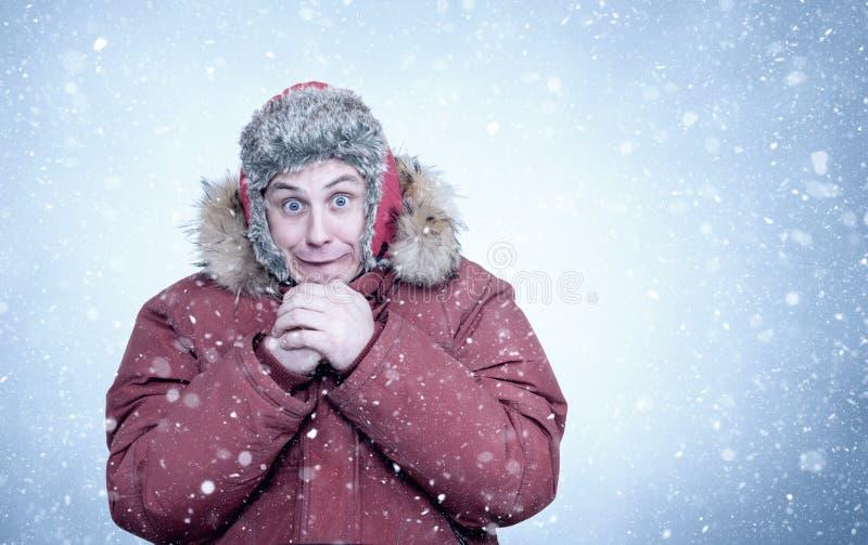 Gefrorener Mann im roten Winter kleidet Erw?rmungsh?nde, K?lte, Schnee, Frost, Blizzard lizenzfreies stockfoto
