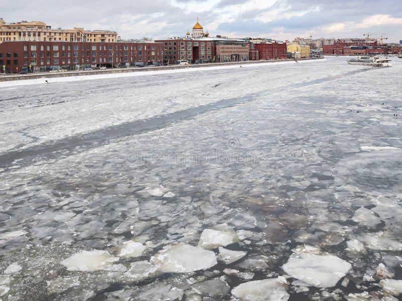 Gefrorener Moskva-Fluss nahe Damm in Moskau lizenzfreie stockbilder