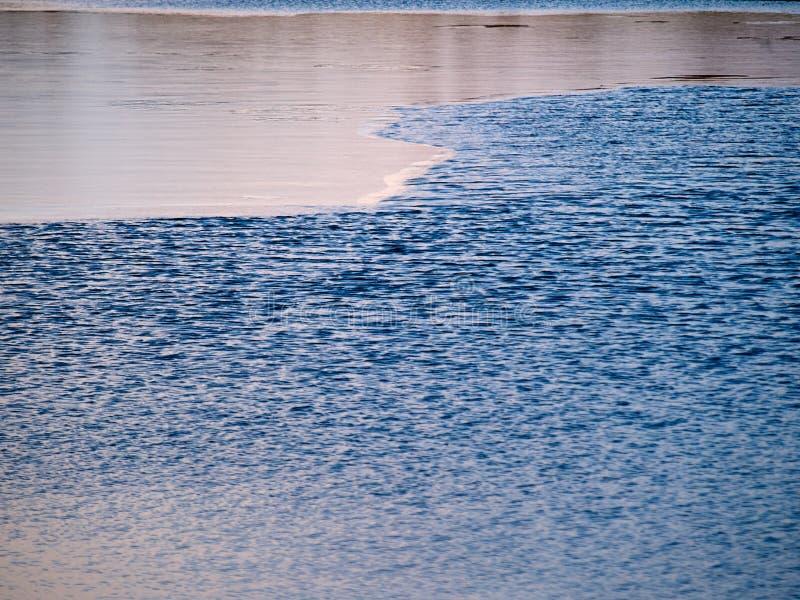 Gefrorener See an einem klaren sonnigen Winternachmittag stockfoto