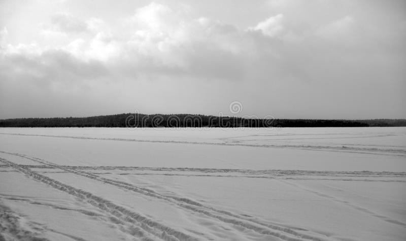 Gefrorener See im Winter stockfotos