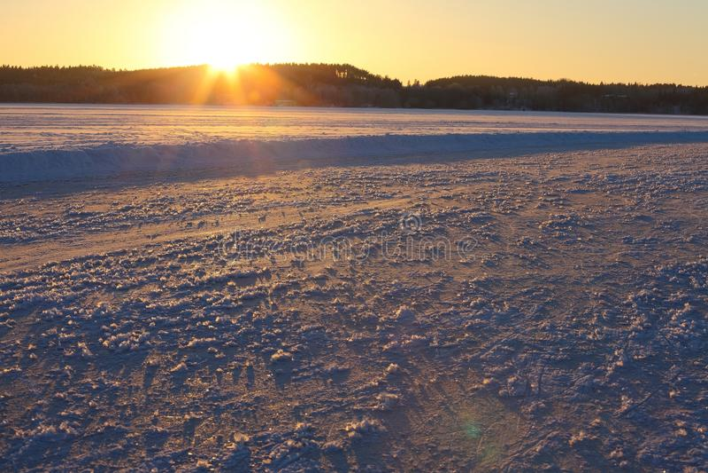 Gefrorener Seesonnenuntergang stockfoto