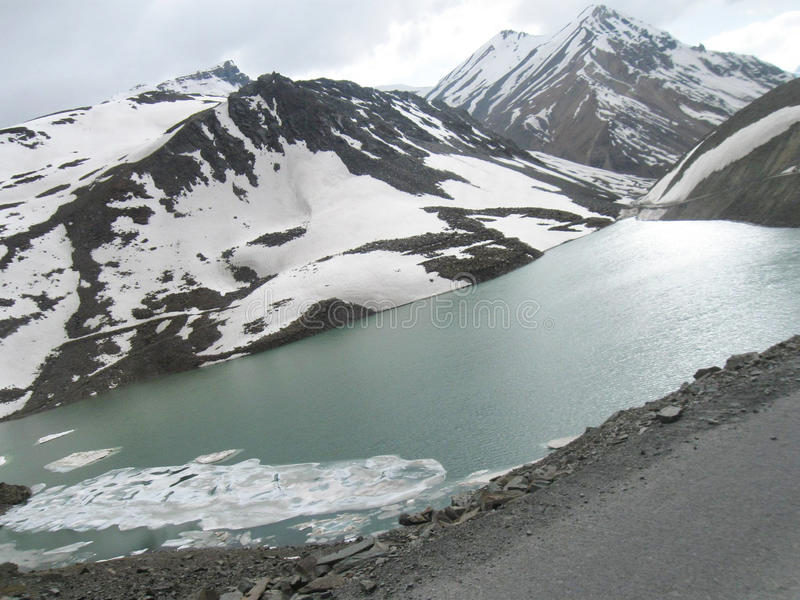 Gefrorener Suraj Lake auf Leh-Ladakhlandstraßenszene lizenzfreie stockfotos