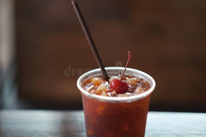 Gefrorener Tee Kaltes Getr?nk des Sommers mit roten Fr?chten des schwarzen Tees Kirschpr?gen und gefrieren stockbilder