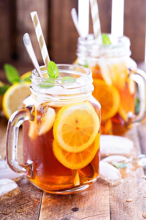 Gefrorener Tee mit Zitrone-Scheiben lizenzfreie stockfotografie