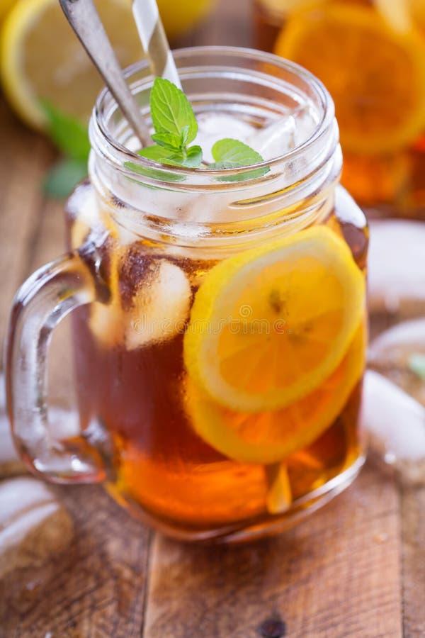 Gefrorener Tee mit Zitrone-Scheiben lizenzfreies stockfoto