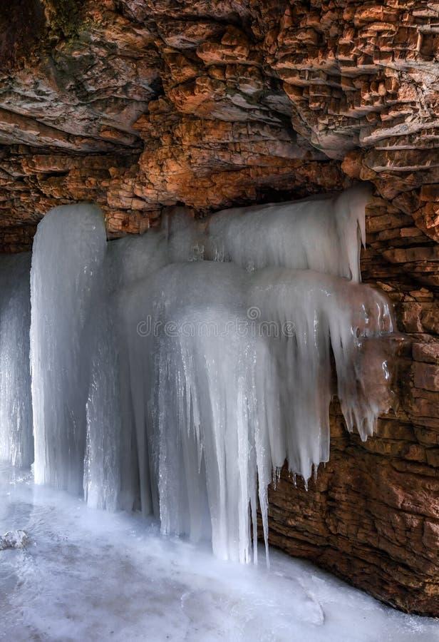 Gefrorener Wasserfall in der Gebirgsschlucht lizenzfreie stockbilder