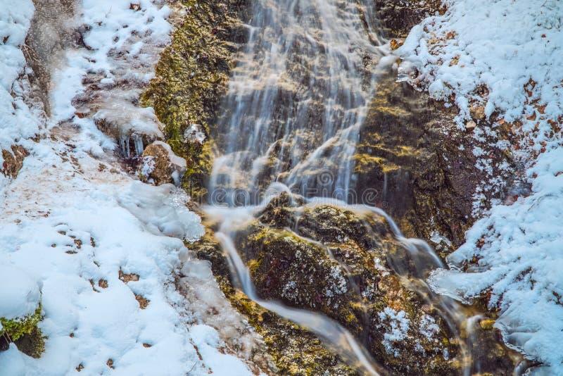 Gefrorener Wasserfall in die bayerischen Alpenberge stockfotos