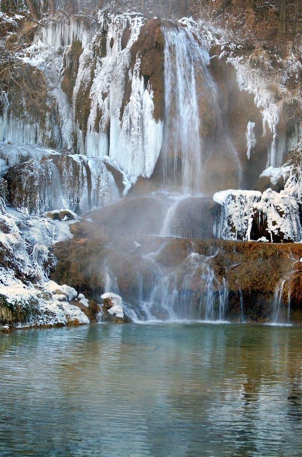 Gefrorener Wasserfall im glücklichen Dorf, Slowakei stockfotos