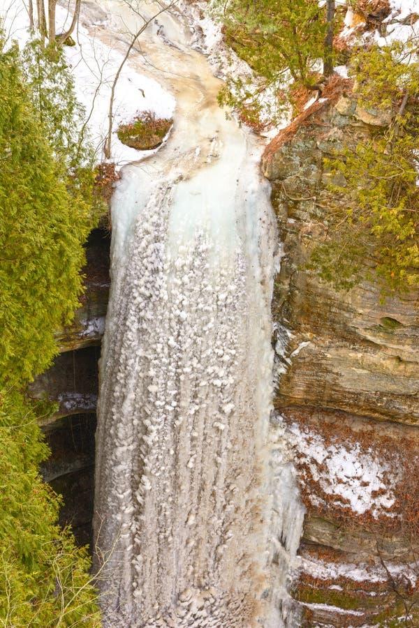 Gefrorener Wasserfall im Winter lizenzfreie stockbilder