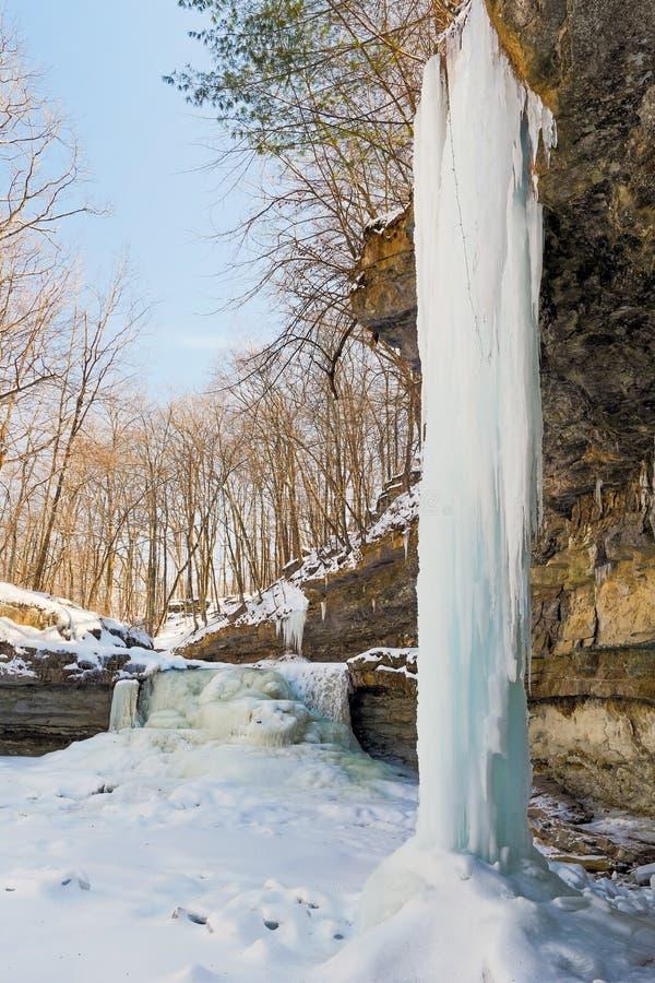 Gefrorener Wasserfall und Eiszapfen stockfotografie