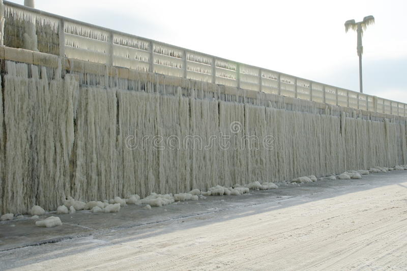 Gefrorener Wellenbrecher nach Wintersturm stockfotos