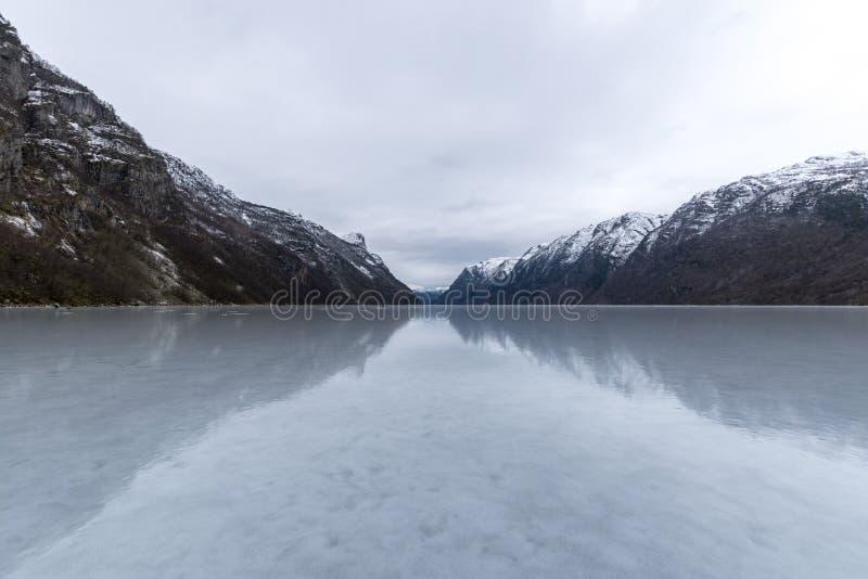 Gefrorener Winter Hardanger Fjord mit Hallen Norwegen lizenzfreie stockfotos