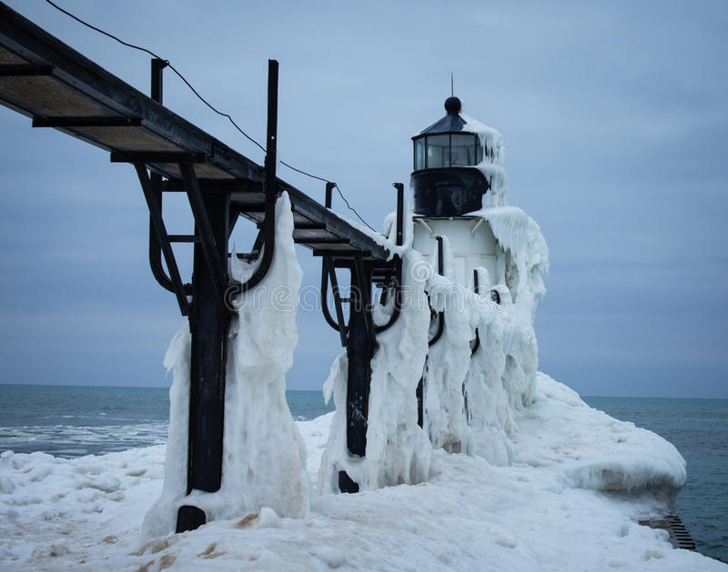 Gefrorener Winter-Leuchtturm stockfotos
