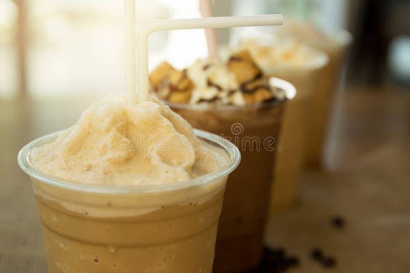 Gefrorenes Kaffee frappe wegglas lizenzfreie stockfotos
