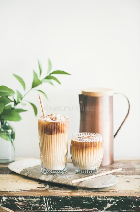 Gefrorenes Kaffeegetränk in den hohen Gläsern auf Holztisch lizenzfreie stockbilder