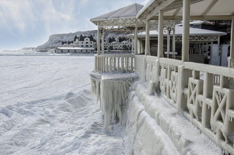 Gefrorenes Meer und Eis-bedecktes Teil des Sommercafés stockbild